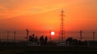 背景にオレンジ色の夕日の写真・画像素材[3286703]
