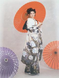 カラフルな傘を持っている人の写真・画像素材[3014106]