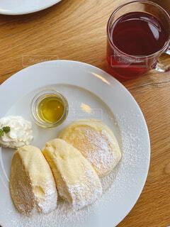食べ物の皿とコーヒー1杯の写真・画像素材[3715800]
