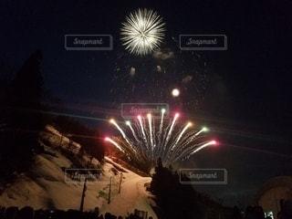 雪景色と花火の写真・画像素材[3019415]