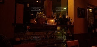 窓際のワインボトルの写真・画像素材[3021980]