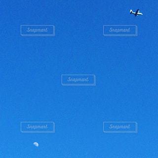 月と飛行機の写真・画像素材[3035794]