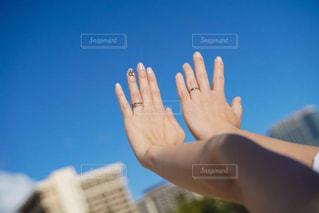 青空と結婚指輪の写真・画像素材[3015990]