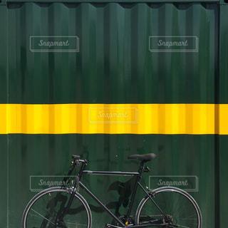カーテンの前に停まっている自転車の写真・画像素材[823171]