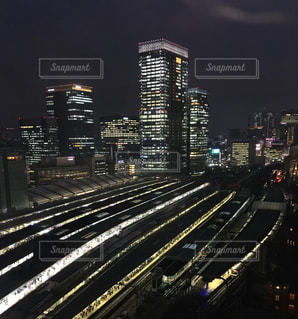 市内でトラックに大きな長い列車の写真・画像素材[823178]