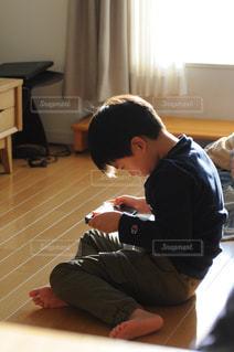 ゲームをする子供の写真・画像素材[864493]
