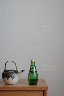 テーブルの上の急須と水の写真・画像素材[900692]
