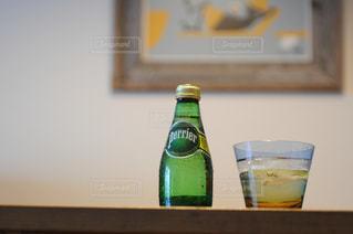 テーブルの上に座ってガラス ボトルの写真・画像素材[900756]