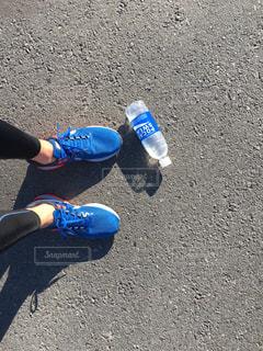 青と白の靴をはいた男の子の写真・画像素材[913307]