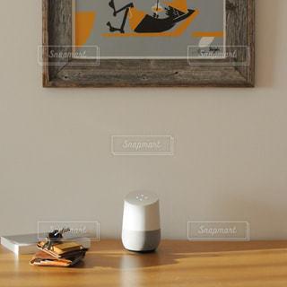 鏡の前でテーブルに座っている人の写真・画像素材[990001]