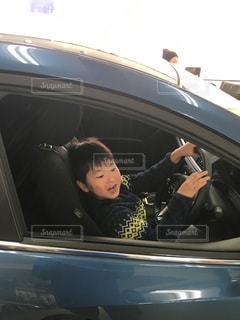 試乗車に乗っている子供の写真・画像素材[999675]