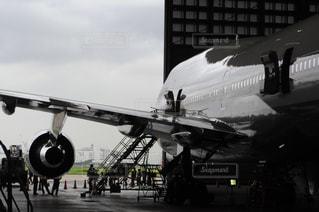 滑走路に大きい飛行機の写真・画像素材[1258673]