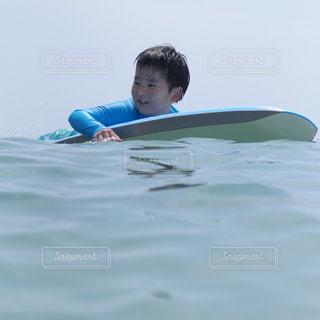 水のサーフボードで波に乗って若い女の子の写真・画像素材[1332284]