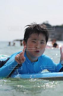 サーフィンする子供の写真・画像素材[1332304]