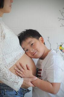 若い男の子と赤ん坊を保持の写真・画像素材[1525453]
