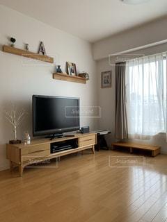フラット スクリーン テレビがリビング ルームに座っています。の写真・画像素材[1536601]