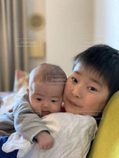 抱っこする兄弟の写真・画像素材[1757460]