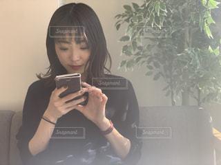 携帯電話を使う女性の写真・画像素材[1820802]