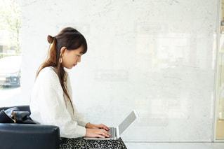 ノート パソコンで仕事をする女性の写真・画像素材[1875422]