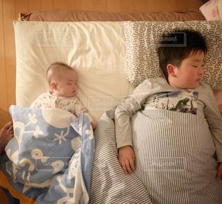 寝る子供達の写真・画像素材[1875425]