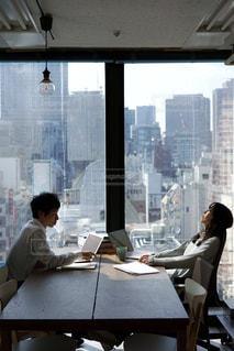 会議をするビジネスマンの写真・画像素材[2055834]