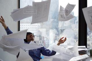 仕事で混乱する男性の写真・画像素材[2055839]