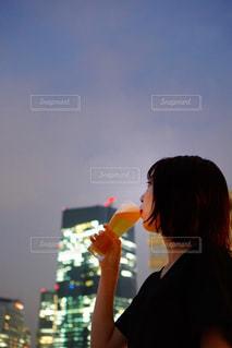 ビアガーデンでビールを飲む女性の写真・画像素材[2055850]