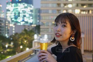 ビアガーデンでビールを飲む女性の写真・画像素材[2055854]