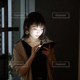 スマホをいじる女性の写真・画像素材[2055858]