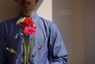 花を持つ男性の写真・画像素材[2056060]