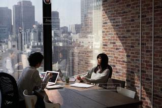 会議をするビジネスマンの写真・画像素材[2056069]