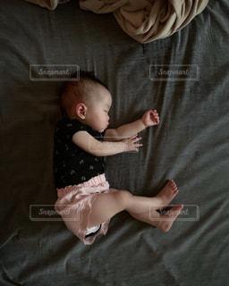 ベッドに横たわる若い女の子の写真・画像素材[2306587]