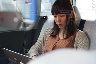 タクシーで仕事をする女性の写真・画像素材[2406802]