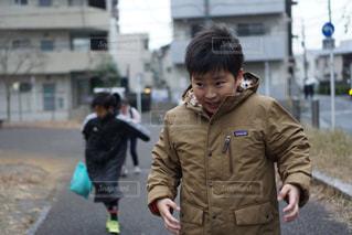 通りに立っている小さな男の子の写真・画像素材[2821914]