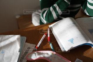 テーブルの上にあるテキストの写真・画像素材[2852549]