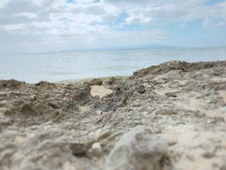 海の隣の岩場の写真・画像素材[3020988]