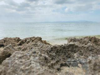 水の体の隣にある岩場の写真・画像素材[3020990]