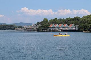 大きな水域に小さなボートの写真・画像素材[3042704]
