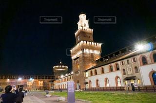 スフォルツァ城の前に立つ人々のグループの写真・画像素材[3093882]