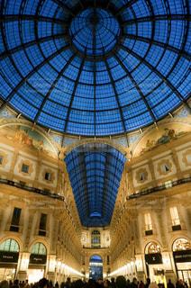 ヴィットリオ・エマヌエーレ2世ガレリアの側に取り付けられた大きな時計の写真・画像素材[3093886]