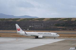 滑走路の上に座っている大型旅客機の写真・画像素材[3124686]