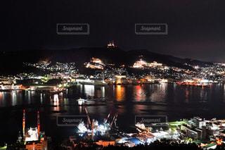 夜空に都市のある大きな水域の写真・画像素材[3124699]