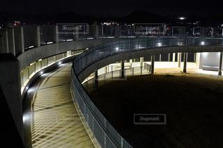 夜にライトアップされた橋の写真・画像素材[3124697]