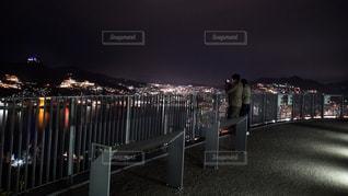 夜に座っている男性のグループの写真・画像素材[3124698]