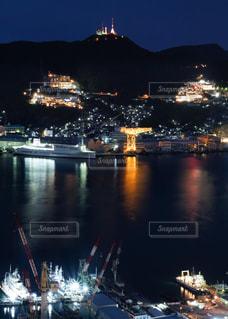 夜空に都市のある大きな水域の写真・画像素材[3124702]