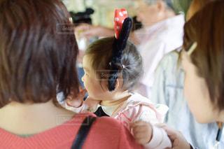 テーマパークで微笑む女の子の写真・画像素材[3022281]