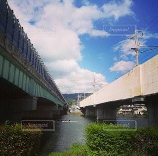 水の体に架かる橋の写真・画像素材[3026896]