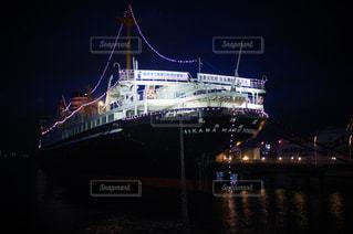 水の体の中の大きな船の写真・画像素材[3030422]