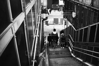 階段を降りる人の写真・画像素材[3030433]