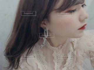 白いシャツを着た女性の写真・画像素材[3032333]